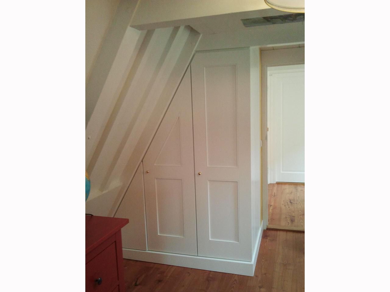 Kinderkamer Kasten : Twee kasten onder een schuin dak in een ...